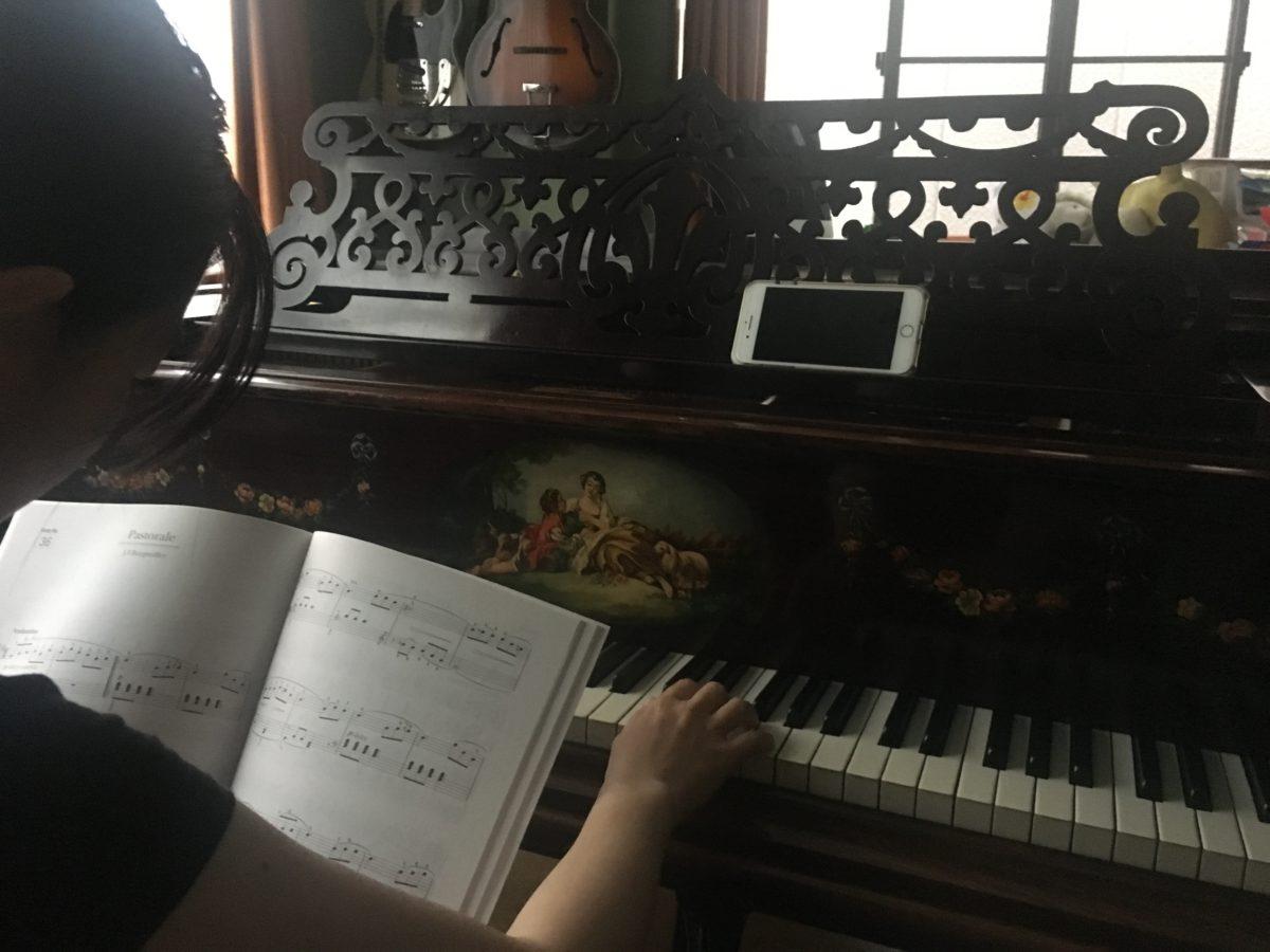 妻がピアノを練習しているところ、初めて見た