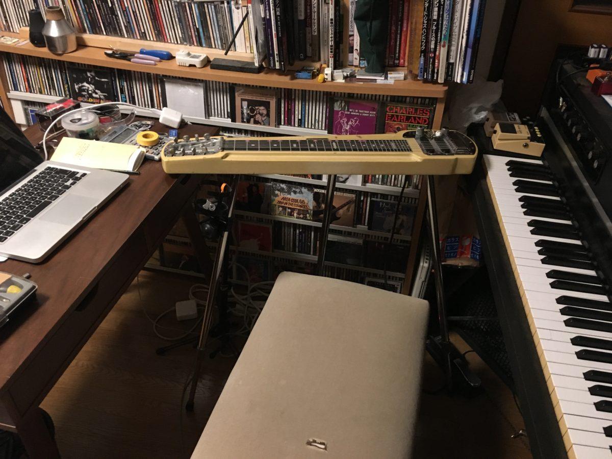 書斎にスティールギターを置いた。