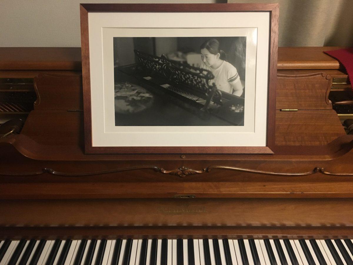 妻がピアノを弾く写真をプリントした C. BECHSTEIN V