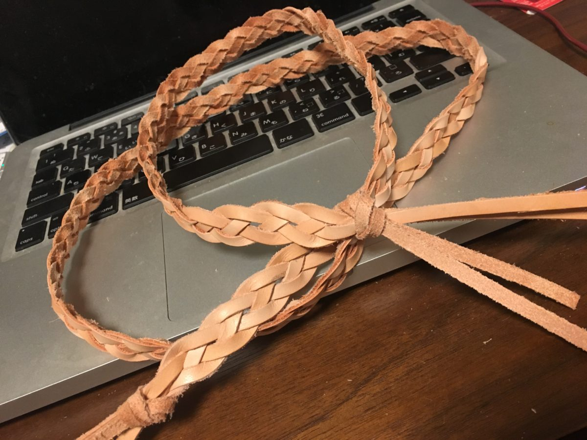 革紐を買ってきて、四つ編みにして楽器のストラップを自作した